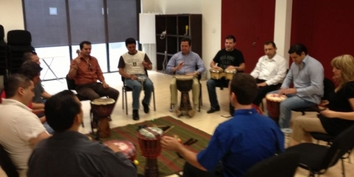 TAlleres de musicoterapia para empresas de Monterrey, Nuevo Leon, Mexico. Fotos de sesion de musicoterapia en curso en empresa, los empleados se distraen y llevan su mente a un lugar distinto